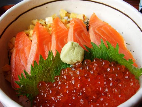 海鮮丼って一枚一枚醤油皿に付けながら食うのな。