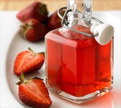 イチゴ、リンゴ酢、砂糖で作る「サワーいちご」バニラアイスにかけたり、ヨーグルトに入れて食べるのがおすすめ。