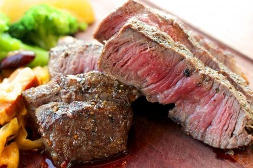 【悲報】マッマ、ステーキ肉を『フライパンで焼いた肉』にしてしまう