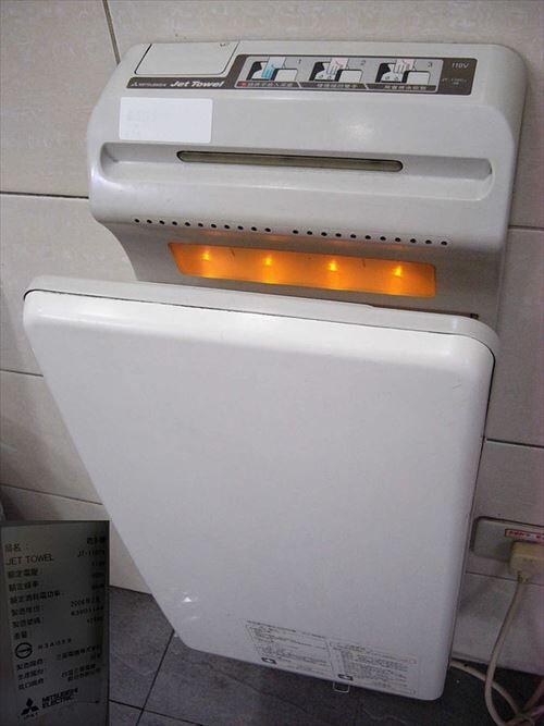 よく公衆トイレにエアータオルあるけどあれじゃキレイにならないだろ