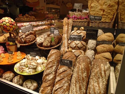 fresh-baked-bread-in-the-bakery_R