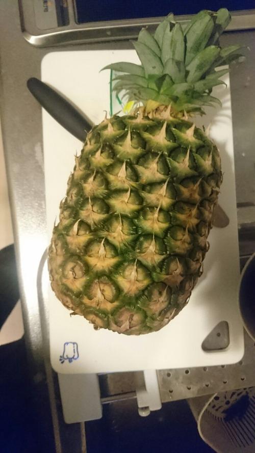 パイナップル買ってきたから今から適当に調理考えてみる