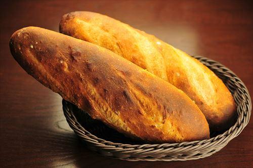 会社での昼飯がフランスパン1本とスジャータのコーンスープ500ccパックなんだが女が嗤いにくる
