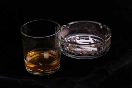 酒とタバコ、辞めるのが難しいのはどっちなのか