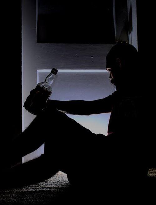 酒を大量に飲んで泥酔しないと寝れないやつ