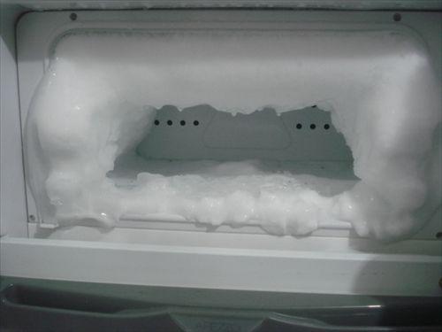 ミニ冷蔵庫の冷凍部分が霜でぱんぱんに膨れてるんだけど