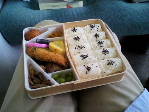 昔の日本→乗客A「電車内で弁当食べよ」乗客B「あら美味しそうですね。何処からいらしたんですか?」見ず知らずの他人同士でも会話が弾む