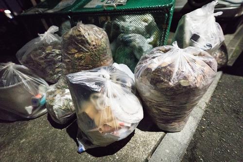 市指定の有料ゴミ袋買うの勿体無いから他人が出したゴミ袋にワイのゴミ突っ込んでるんやけど
