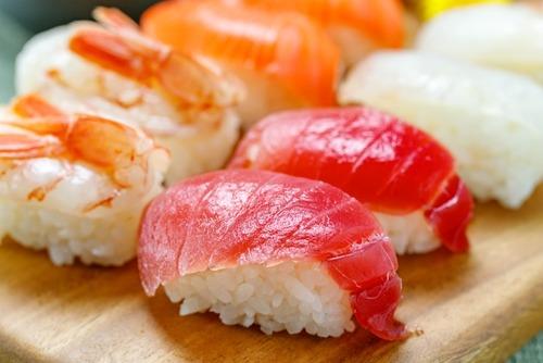 いい刺身買ってきて家でママが寿司握ってくれるって普通にあるよな?