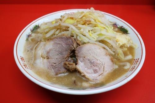 【悲報】ラーメン二郎さん、カウンターテーブルで麺の仕込みをしてしまう