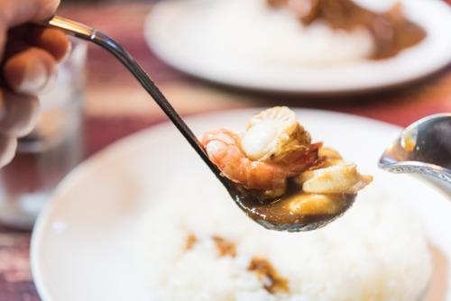 シーフードカレーに入れるイカやホタテは先に炒めるべきか、それとも煮込むだけか