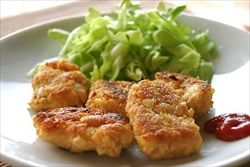 鶏の胸肉と野菜をミンチ状にしたタネを型抜きしたものを冷凍しておき食べるときに油で揚げる。これは冷めてもおいしい。