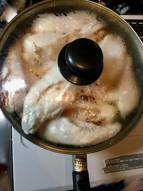 【画像】ボディビルダーのワイ、今日も日課のムネ肉の蒸し焼きを作る