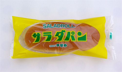 滋賀名物サラダパン 微塵切りにしたたくわんをマヨネーズで和えてコッペパンにはさんでいる