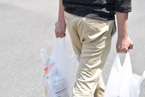 小売店でのレジ袋配布が法規制へ コンビニもスーパーもドラッグストアも全部有料