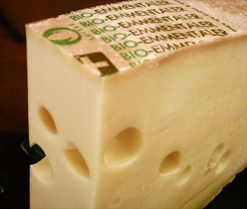 スイスチーズにはどうして穴が開いているのか?ついに原因が判明