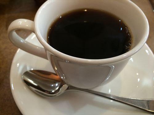 わい「コーヒー、ブラックで」同僚女「ブラック飲むんだ?大人だねー」わい「フン、、、(ゴクッ)」