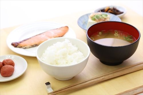 食事ってご飯、納豆、卵、味噌汁をベースに、肉や魚を少し食べるだけで十分じゃね?