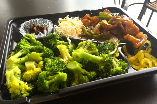 糖質制限ダイエットに最適 弁当のごはんをブロッコリーに変更してくれる弁当屋が話題。
