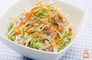 インドカレー屋のサラダにかかっとるオレンジ色のドレッシング