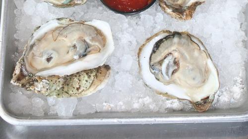 レストランで提供されたカキフライから真珠50個が見つかる