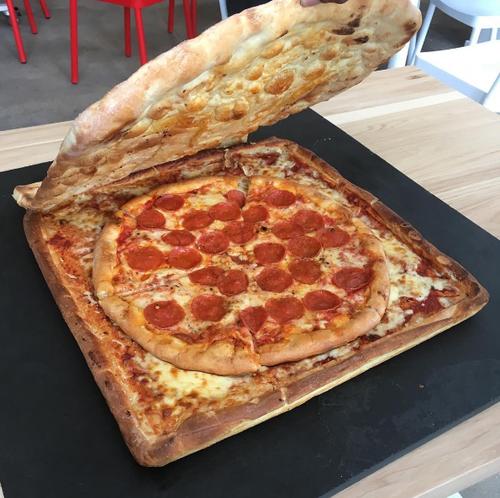 【画像】アメリカで箱ごと食べれる宅配ピザが爆誕してしまう