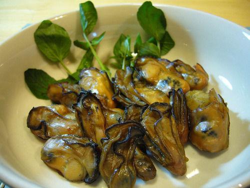 牡蠣はオイル漬けが美味い。 ワインにも焼酎にも合う。酒止まらん。
