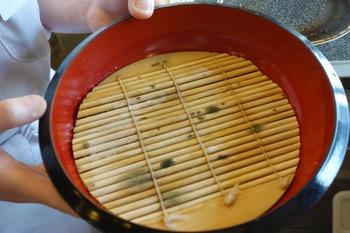 丸亀製麺でざるうどんの竹すだれ部分の裏側がカビだらけだったことが発覚、公式に謝罪