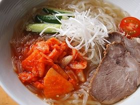 冷麺って麺がゴムみたいで、切ることができない (´・ω・`)