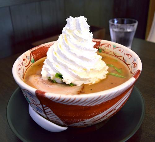 山盛りホイップクリームのせ味噌ラーメンが旨そうだと話題に お値段は1230円