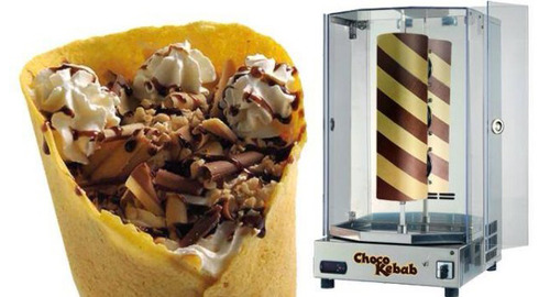 回転するチョコとバニラの円柱を削ってクレープで挟む「チョコケバブ」がベルリンで話題に