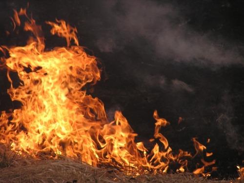 田舎のジジババ「畑でワラを燃やすンゴ」