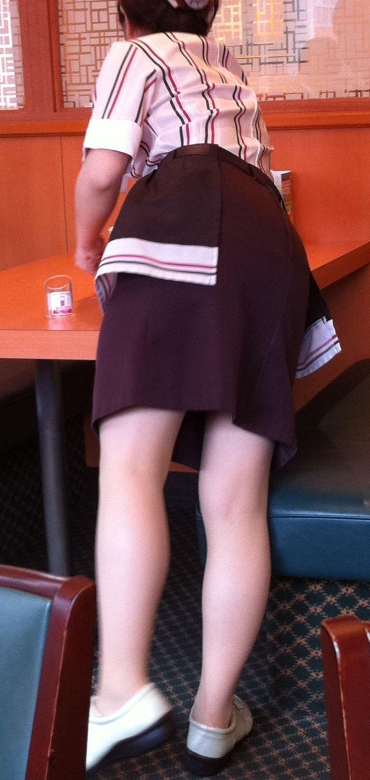 ウエイトレスのお尻と脚