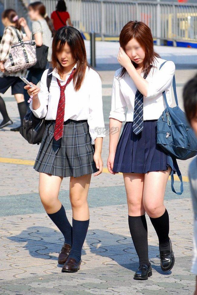 街を歩く女子高生達のきれいな脚