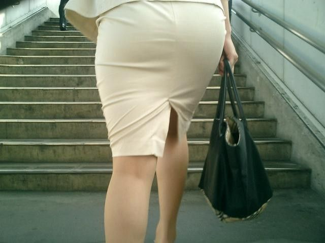ピチピチのタイトスカートの女の後姿
