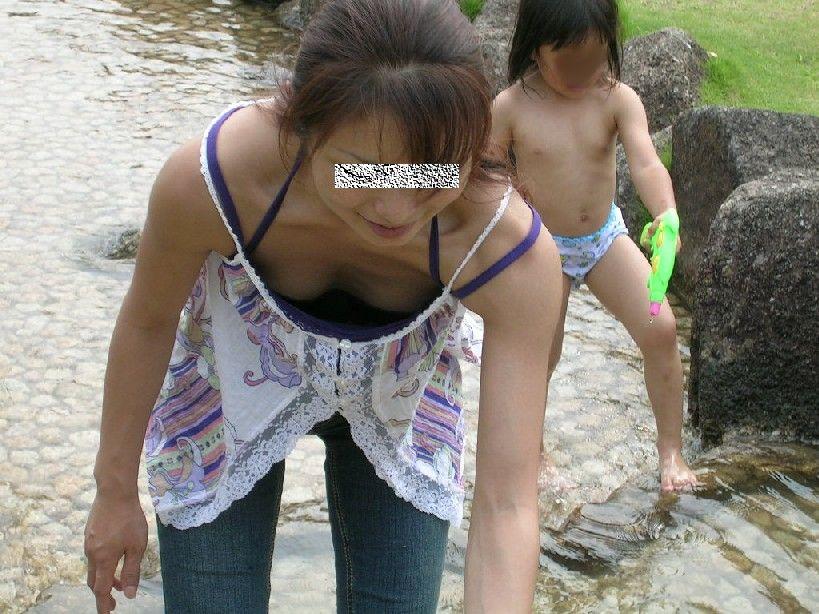 川で子供と遊んでるお母さんの胸チラ
