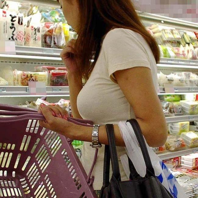 買い物をしている大きな胸の人妻