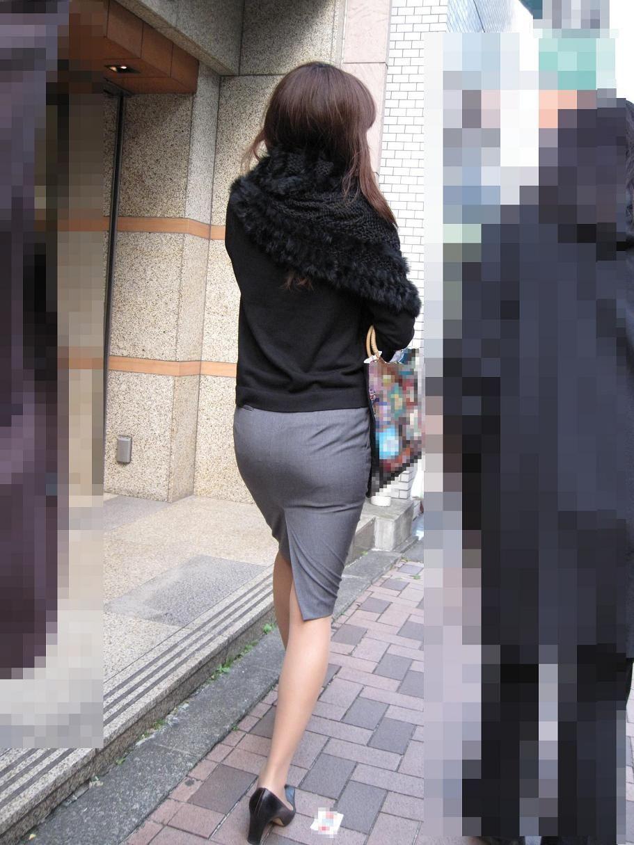 タイトスカートを履いた女のエロい後姿