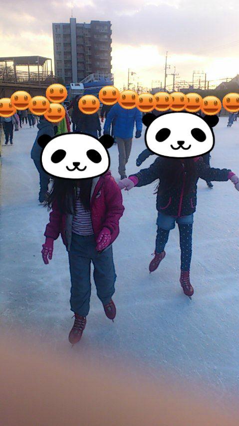 スケートを楽しむ長女と従妹