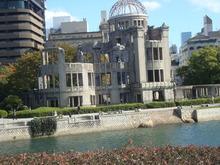 原爆ドームと川
