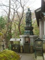 4ca0844a1e5ea8 途中、ここが東茶屋街と教えてくれた。金沢は茶道が盛んで、和菓子の消費額は全国一とのこと。九谷焼も有名だ。小路を入って行ったところに石段があった。