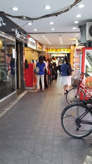 朝食を求めて列に並ぶ風景(台北駅前近く)