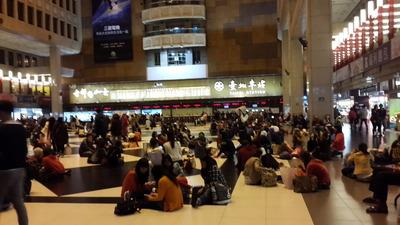 毎週日曜日台北駅に集結する外国人