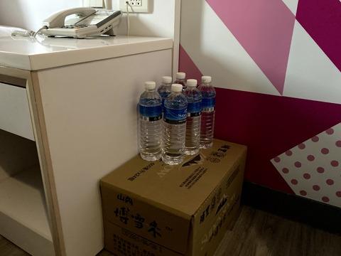 部屋に準備された水14日分(30本)