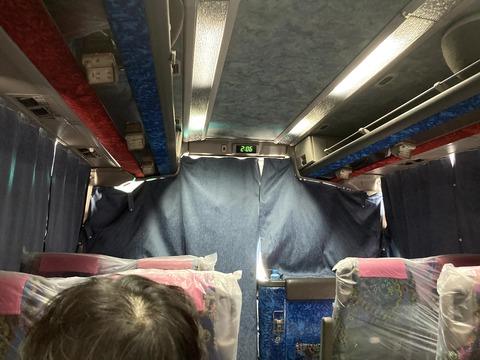 隔離場所に移動するバスの中