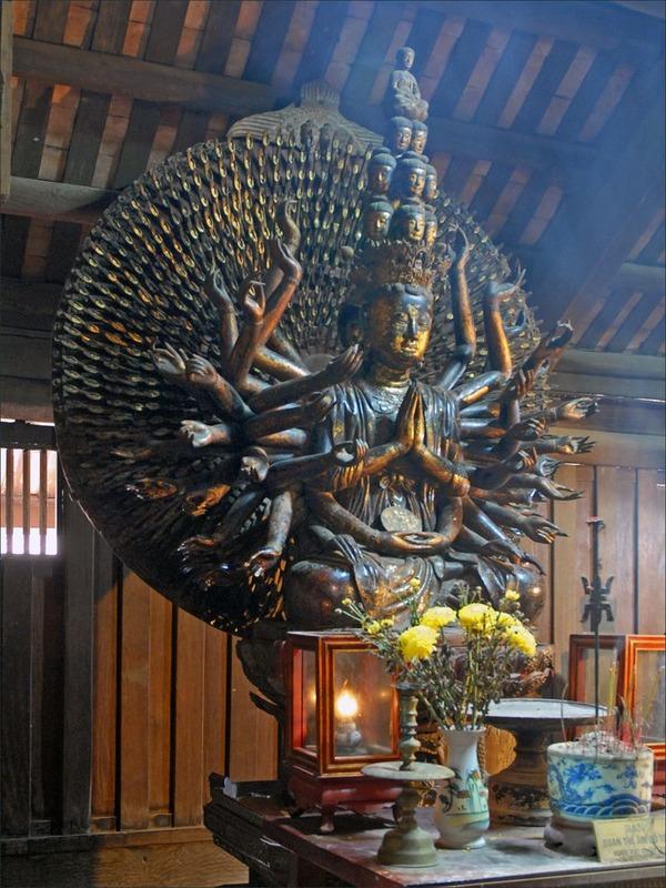 La_statue_de_Quan_Am_dans_la_pagode_But_Thap_2