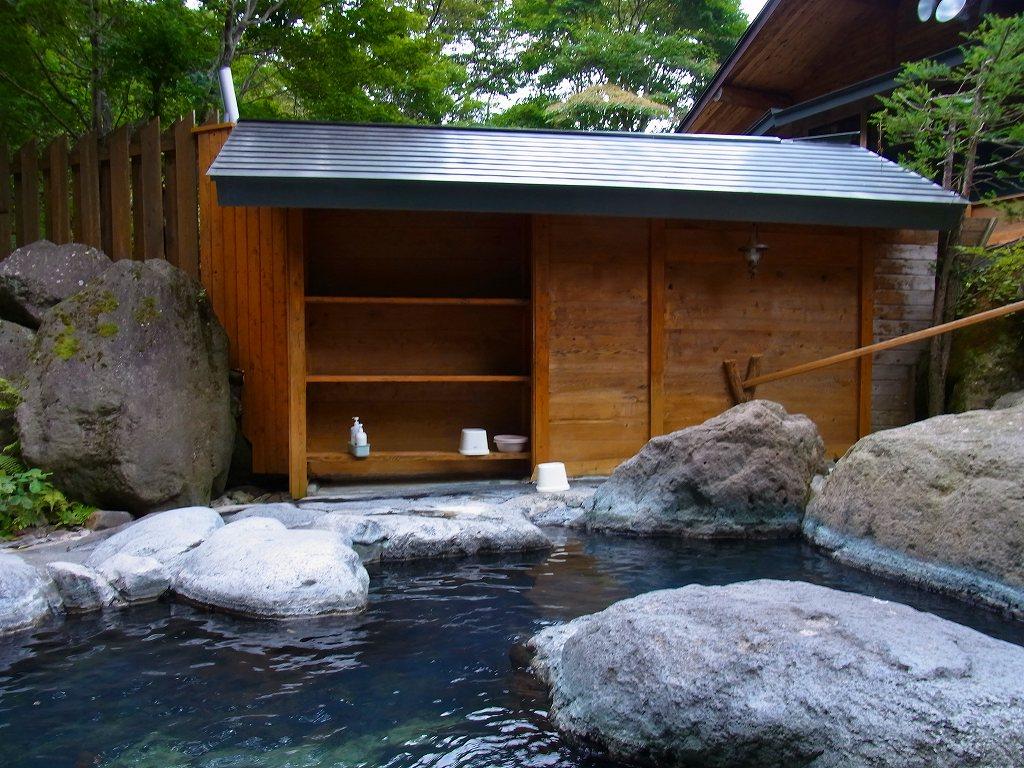 27 下段の脱衣所  滝を見ながら温泉に浸かりやす。倒木が邪魔ですがねえ。   ちゃっぷの温泉・
