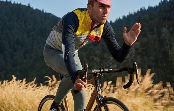 men-cycling-gilet-albertine-grey-yellow-action-1