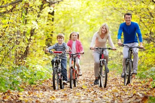 family-bike-ride-on-fall-trail