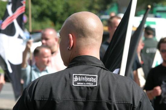 Neonazi-skinheads-weiss-und-stolz